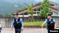 Поліція перед будинком, у якому сталася атака