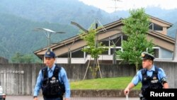 Yaponiyada silahla bağlı sərt qanunlar olduğu üçün qətllər adətən bıçaqla törədilir.