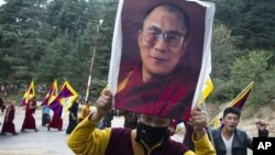 8일 인도에서 티베트인 분신 자살과 관련하여 달라이 라마의 사진을 들고 시위하는 사람들. (자료사진)