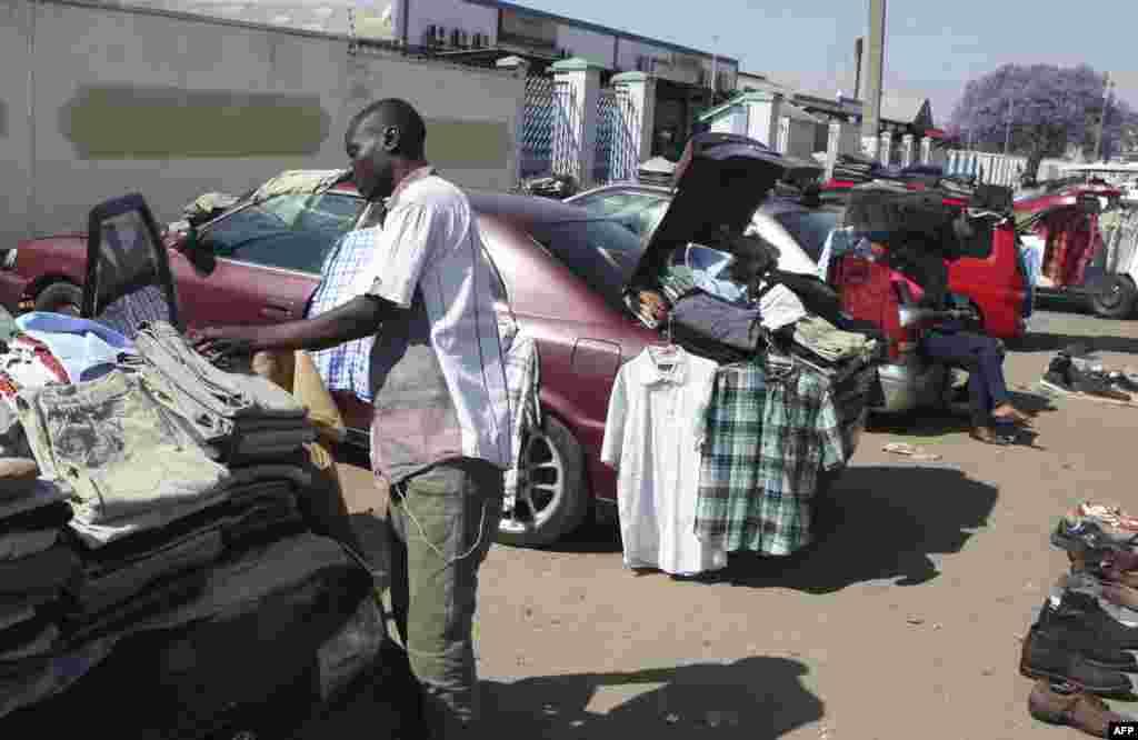 مردم در حال فورش لباس کهنه در یک جادۀ شهر هارارا زمبابوی