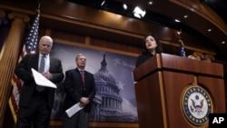 2016年1月21日美国国会议员在国会山新闻发布会上关注伊朗核协议.