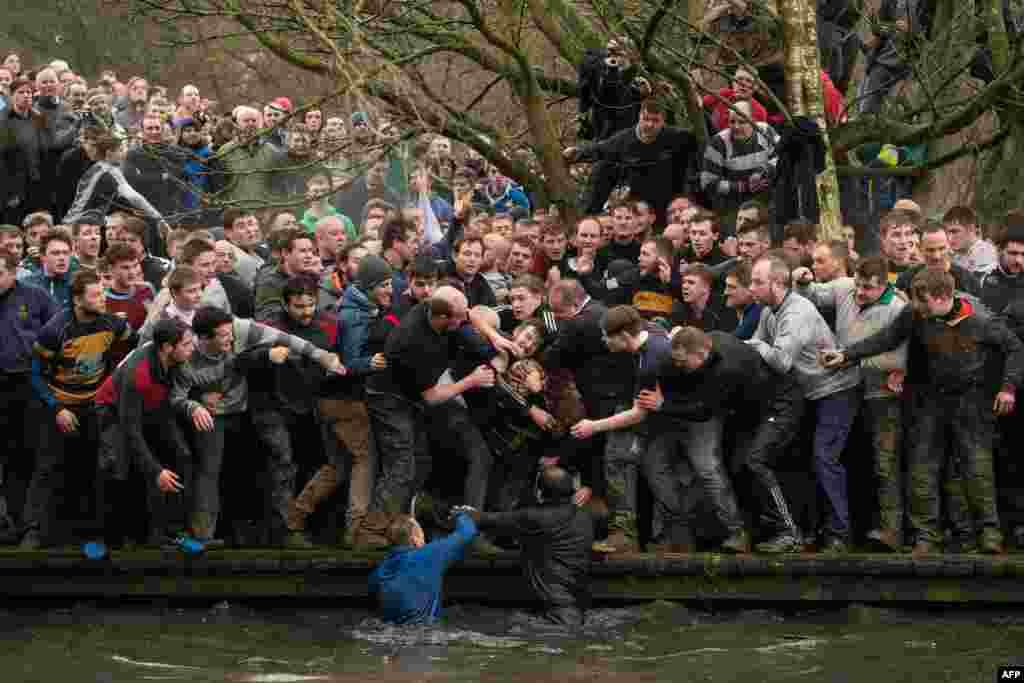 អ្នកប្រកួតមកពីក្រុម Up'ards and Down'ards ចាប់បាល់ក្នុងពេលប្រកួតបាល់ Royal Shrovetide Football Match ប្រចាំឆ្នាំនៅក្នុងក្រុង Ashbourne ប្រទេសអង់គ្លេស។