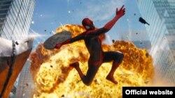 """Salah satu adegan dalam film Amazing Spiderman 2 (foto: dok). Marvel Comics memperkenalkan Miles Morales, remaja birasial dari Brooklyn, New York sebagai sosok baru """"Spiderman""""."""