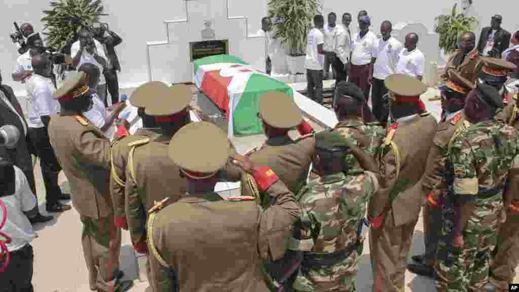 Le funéraille du colonel Edouard Nshimirimana, ancien officier supérieur de l'armée burundaise,présenté comme le numéro deux du régime et bras droit de Pierre Nkurunziza, 22 août 2015