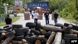 Kosovalı Sırplar sınıra giden yolları barikatlarla kapattı