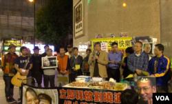 几十名香港市民在时代广场为刘晓波举办60岁生日会(2015年12月28日,美国之音)
