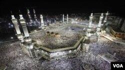 Salah satu kegiatan naik haji adalah melakukan Tawaf, dengan mengelilingi Ka'bah (bangunan suci di Mekkah) sebanyak tujuh kali (foto:dok)