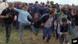 Hình ảnh chụp từ TV cho thấy nữ quay phim Petra Laszlo giơ chân ngáng người tị nạn vừa vượt qua biên giới từ Serbia, ngày 8/9/2015.
