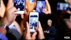 苹果公司首席执行官蒂姆·库克介绍苹果手机