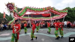 Warga etnis Tionghoa melakukan tarian Naga di Ancol, Jakarta untuk memperingati Tahun Baru Imlek (23/1).