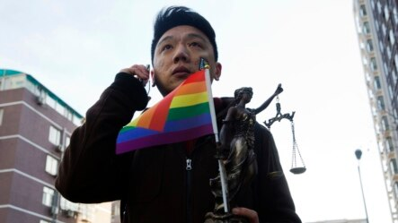 北京一男子手中举着彩虹旗。