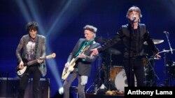 Ronnie Wood (trái), Keith Richard (giữa), và Mick Jagger của ban nhạc Rolling Stones trong một buổi biểu diễn ở Boston năm 2013.