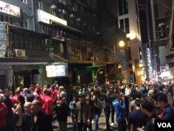 香港岛老街兰桂坊午夜时分的外国游客人潮 (美国之音记者申华 拍摄)