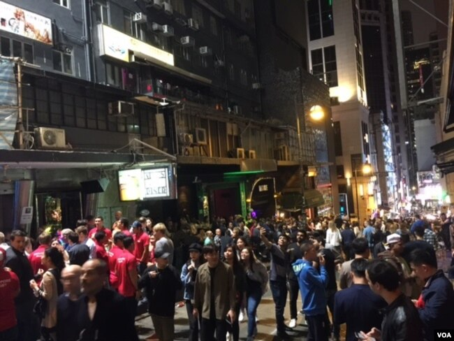 香港島老街蘭桂坊午夜時分的外國遊客人潮(美國之音記者申華拍攝)