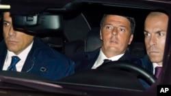 Italian Premier Matteo Renzi, center, arrives at the Quirinal presidential palace in Rome, Dec. 7, 2016.