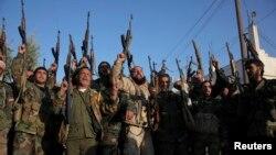 시리아 친정부 무장세력이 17일 헤즈볼라의 도움으로 반군이 점령했던 알레포 외곽 지역을 탈환한 뒤 환호하고 있다.