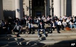 Lideri nekoliko opozicionih partija prisustvuju protestu tokom važenja zabrane kretanja, ispred Doma Narodne skupštine Republike Srbije, u Beogradu, 30. aprila 2020. (AP Photo/Darko Vojinović)