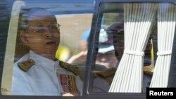 Raja Thailand Bhumibol Adulyadej (kiri) dan Putera Mahkota Maha Vajiralongkorn tiba dalam peringatan 64 tahun Raja Bhumibol bertahta di istana Klai Kangwon, Hua Hin, provinsi Prachuap Khiri Khan, Thailand, Senin (5/5).