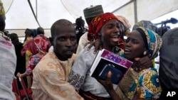 在尼日利亚首都阿布贾,一名获得释放的女学生和家人团聚(2016年10月16日))
