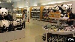 台北動物園熊貓館禮品店 (美國之音張永泰)