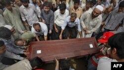 Rodjaci i kolege nose kovčeg pakistanskog novinara Salima Šazada za vreme sahrane u Karačiju.