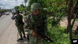 Des éléments de la Garde nationale mexicaine à la recherche de migrants clandestins, Arriaga, Mexique, le 24 juin 2019.