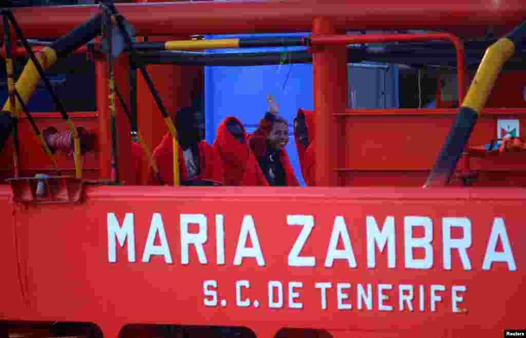 مهاجرانی که در یکی از سواحل تنگه جبل الطارق گرفتار شده بودند توسط یک قایق نجات به طور موقت به جنوب اسپانیا منتقل شدند.