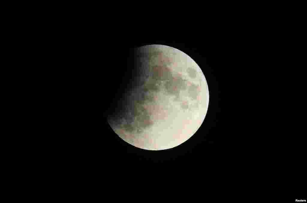 چاند گرہن کا دورانیہ ساڑھے پانچ گھنٹے سے زائد رہا۔ زیر نظر تصویر سوئٹزر لینڈ کی ہے ۔