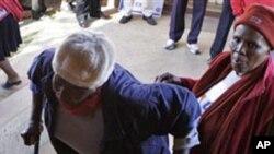 非索韋托一名老年選民艱難地走進當地市政府官員選舉投票站(2011年5月18號資料照 )