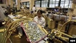 """Công nhân làm việc tại xưởng sản xuất của công ty Đông Anh ở Hà Nội ngày 9/9/2015. Nhiều doanh nghiệp Việt Nam không hy vọng nhiều về việc loại bỏ các """"giấy phép con"""" vào ngày 7/1/2016."""
