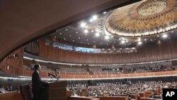 파키스탄을 방문 중인 원자바오 중국 총리가 파키스탄 의회에서 연설을 하고 있다.