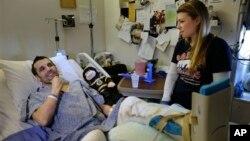 Marc Fucarile, junto a su prometida, Jennifer Regan, en el hospital.