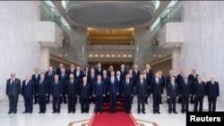 Tổng thống Syria Bashar al-Assad (hàng trước, giữa) chụp hình với toàn thể nội các mới ở Damascus, ngày 31 tháng 8, 2014.
