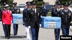 지난 2005 5월 미군 발굴팀이 북한에서 합동 발굴한 한국전 전사 미군 유해 송환식이 서울의 한 미군기지에서 열렸다.