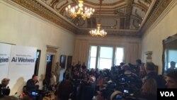 艾未未首次在伦敦展前记者会,吸引大批国际媒体采访(美国之音江静玲摄影)