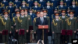ولادیمیر پوتین در افتتاحیه نمایشگاه بین المللی نظامی ۲۰۱۵ در حومه مسکو که آخرین تولیدات نظامی روسیه نیز به نمایش گذاشته شد.