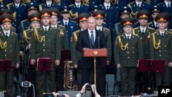 Tổng thống Nga Vladimir Putin phát biểu tại triển lãm quân sự quốc tế ở Kubinka, ngày 16/6/2015.