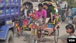 Rickshaws clog afternoon traffic in the busy border town of Teknaf, Bangledesh. Rohingya Muslims have been arriving in the area, fleeing persecution in Myanmar. (S. Sandford/VOA)