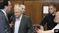 ستراس کان با تظمین پول یک میلیون دالری آزاد شد.