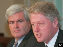 Newt Gingrich (à esq.) e o Presidente Clinton, em 1996