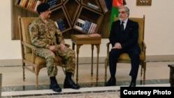 2015年12月27日巴基斯坦的军事领导人谢里夫(左)会晤阿富汗首席执行官阿卜杜拉