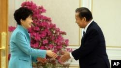 박근혜 한국 대통령이 13일 청와대에서 니카이 도시히로 일본 자민당 총무회장을 만나 악수하고 있다.