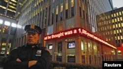 Веста за апсењето на Нафис на екран зад полицаец во Њујорк.