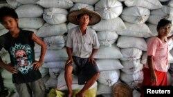 က်ဳိက္လတ္ဆန္ေရာင္း၀ယ္ေရးဂိုေဒါင္တခုက ကုန္တင္ကုန္ခ်အလုပ္သမားေတြ အနားယူခ်ိန္ (ေမ ၂၀၁၂)