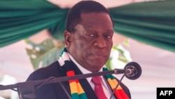 Le président zimbabwéen Emmerson Mnangagwa prête serment à Harare le 26 août 2018.