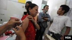 Seorang pasien TBC mendapatkan perawatan cuma-cuma pada sebuah klinik di Jakarta (Foto: Dok)