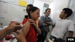 Seorang pasien TBC mendapatkan perawatan cuma-cuma dalam sebuah klinik di Jakarta (foto: April 2011).