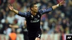 Le joueur du Real Madrid, Cristiano Ronaldo, vient de marquer son 100e but en compétitions européennes de clubs lors du match entre le Real Madrid et le Bayern Munich, à Munich, 12 avril 2017.