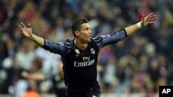 Cristiano Ronaldo de Real Madrid célèbre son 100e but en compétitions européennes lors du match de quart de finale de la Ligue des champions entre le Real Madrid et le Bayern Munich, à Munich, Allemagne, 12 avril 2017.