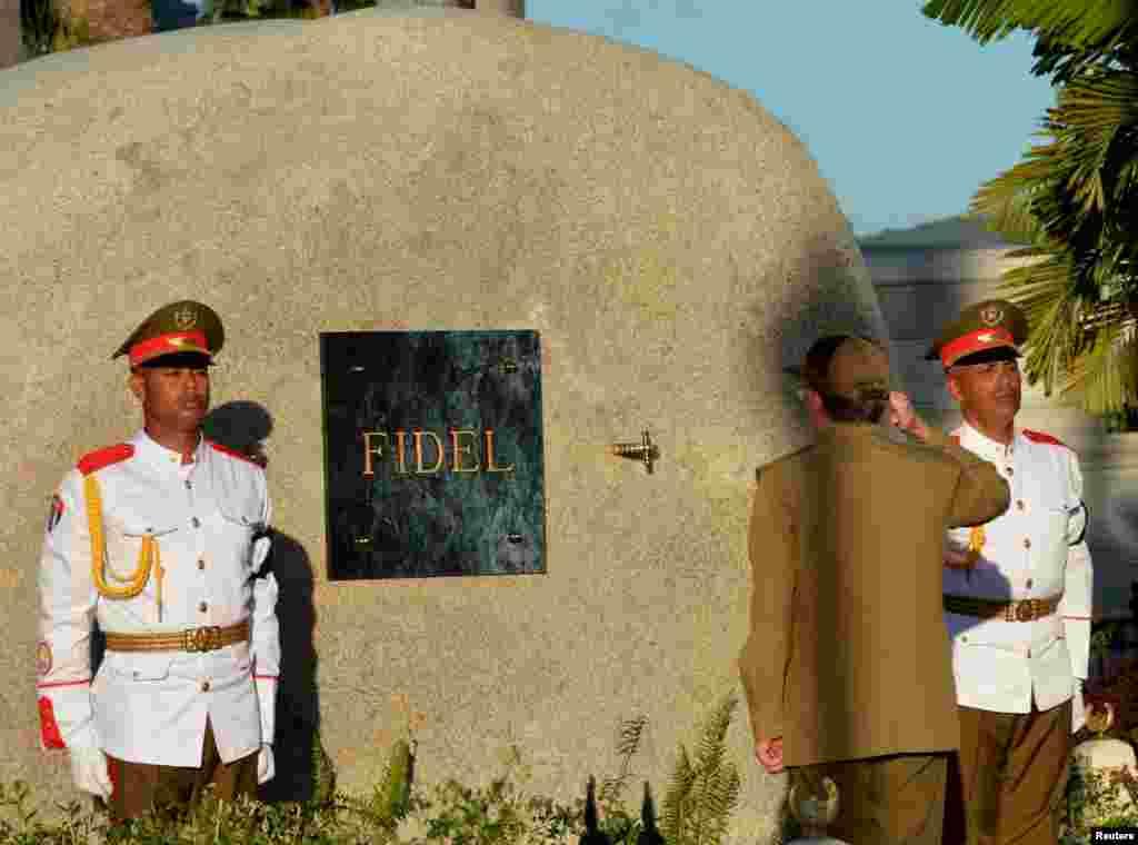 ادای احترام رائول کاسترو، رهبر کوبا، به تخته سنگی که نام فیدل روی آن نوشته شده و زیر آن خاکستر فیدل کاسترو نهاده شده است.